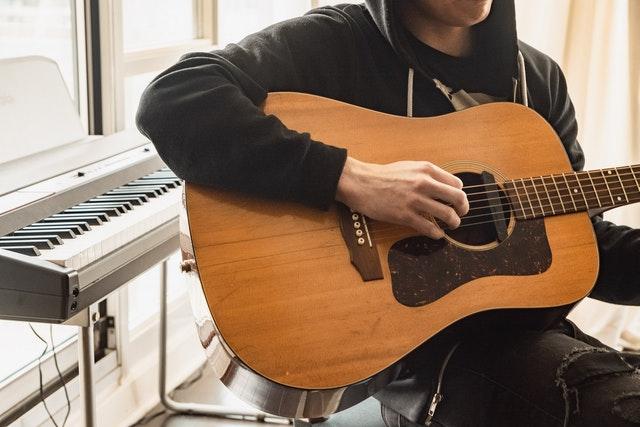 Как научиться играть на гитаре (и кого-нибудь заставить это слушать)
