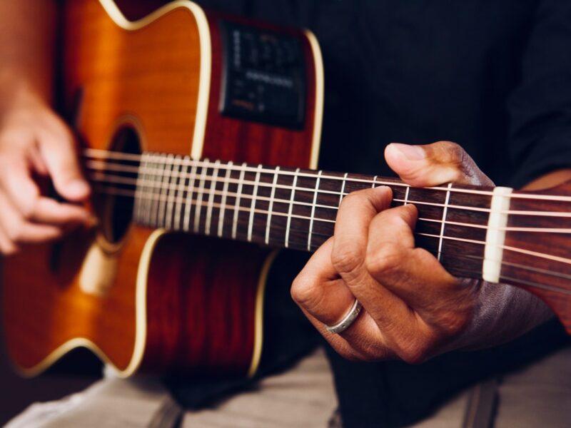 10 научных причин играть на гитаре